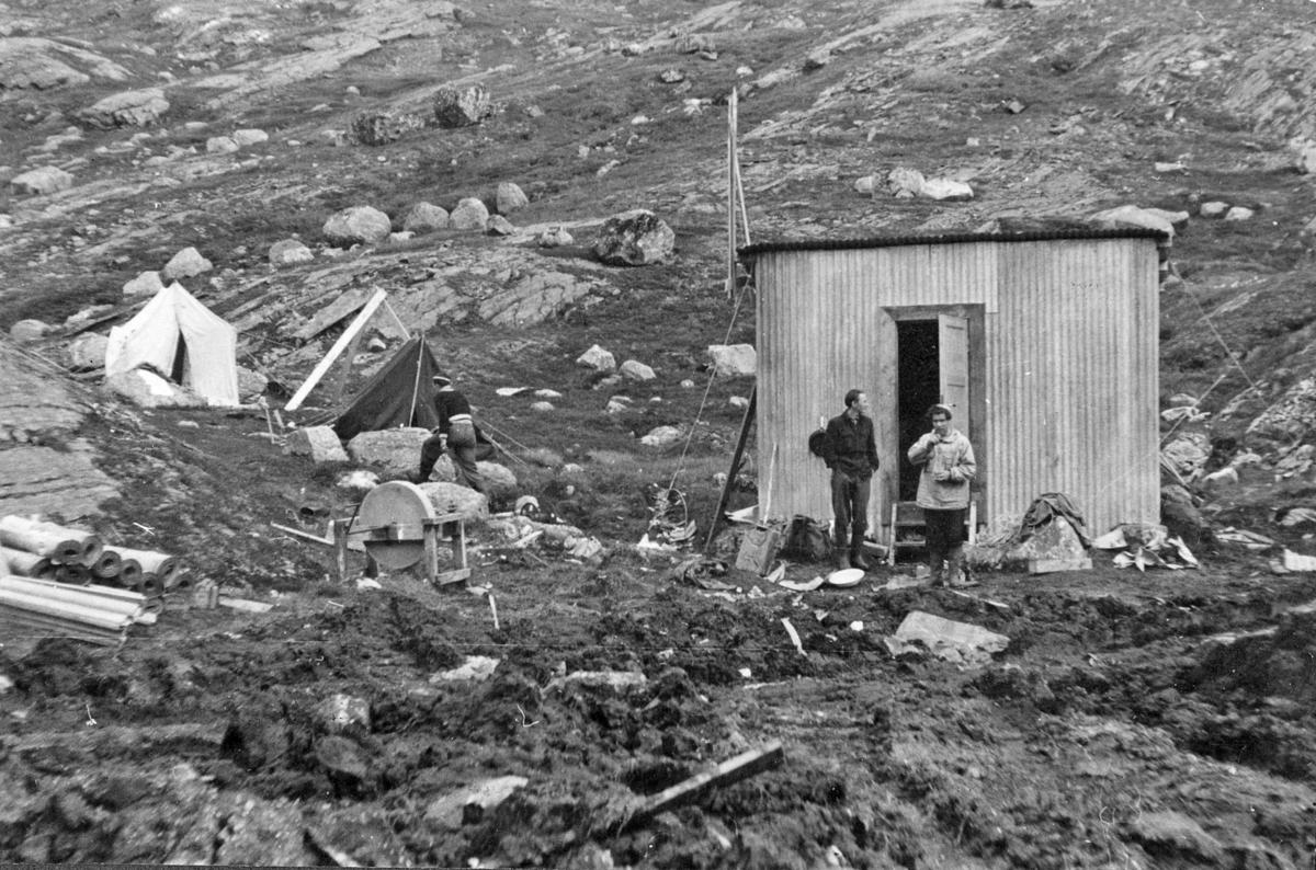 """""""Mannskapet lå i telt"""".Tærskald-tunnelen 1265 m - 7m² (september 1953 - februar 1955).Thorleif Hoffs album 1, side 17. Album fra Thorleif Hoff som dokumenterer anleggsvirksomheten i Glomfjord på 1950-tallet"""