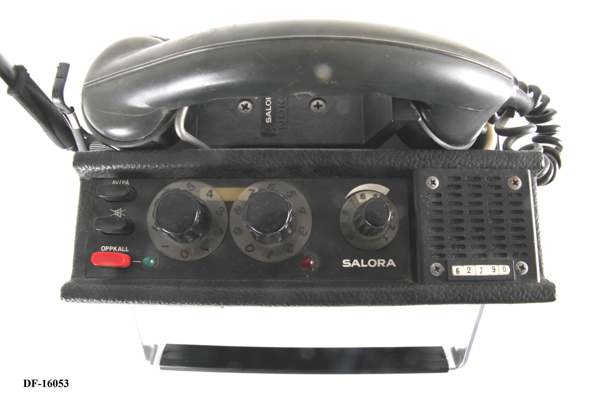 Stasjonær VHF-radio med håndtak.