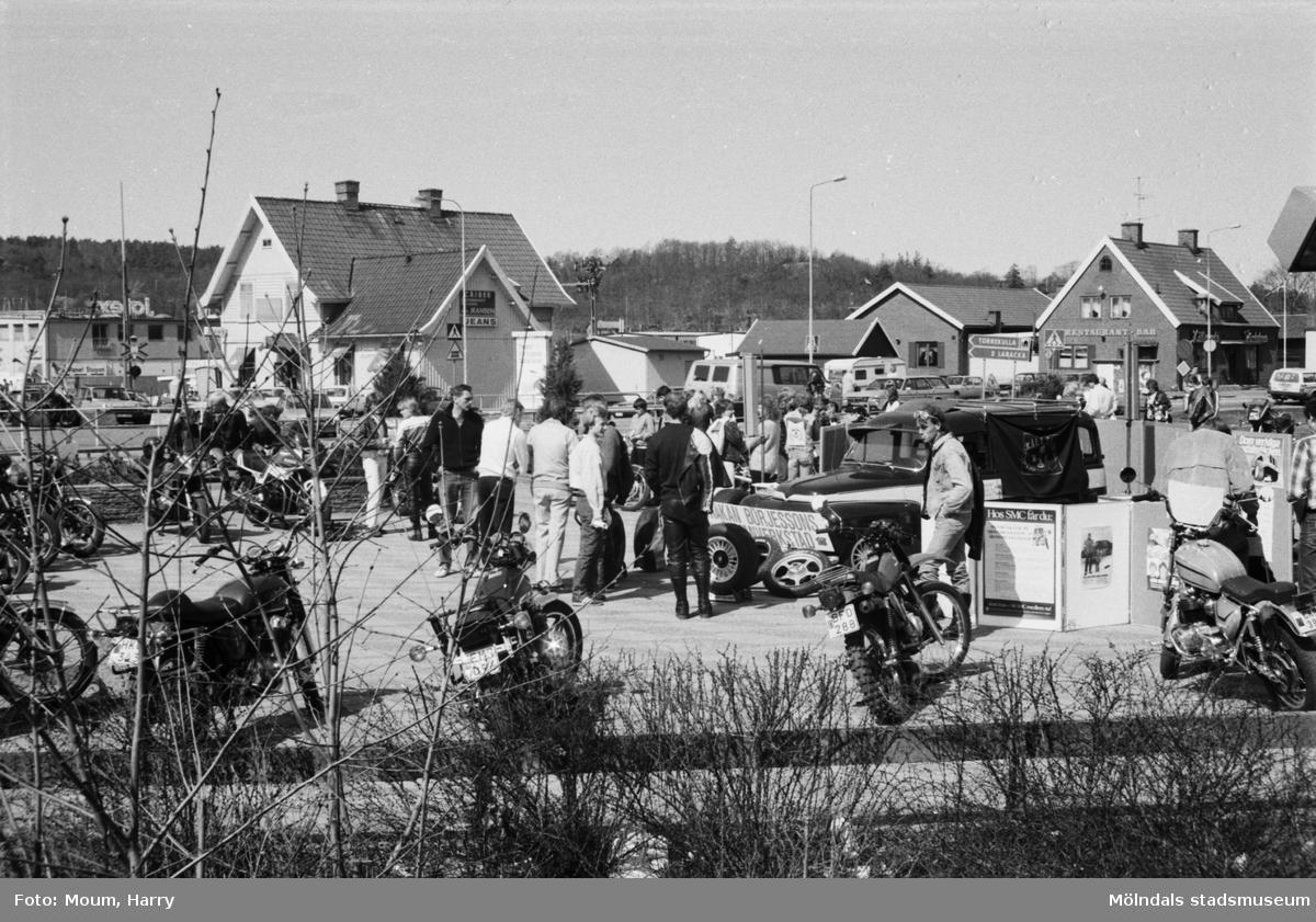 Kållereds Motorklubb visar upp motorcyklar i Kållereds centrum, år 1984.  För mer information om bilden se under tilläggsinformation.