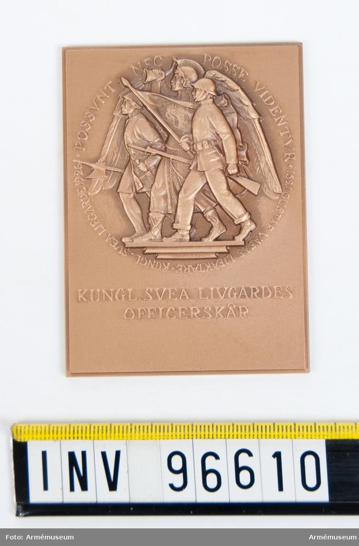 Plakett i brons för Svea livgardes officerskår. Med skrovlig baksida.