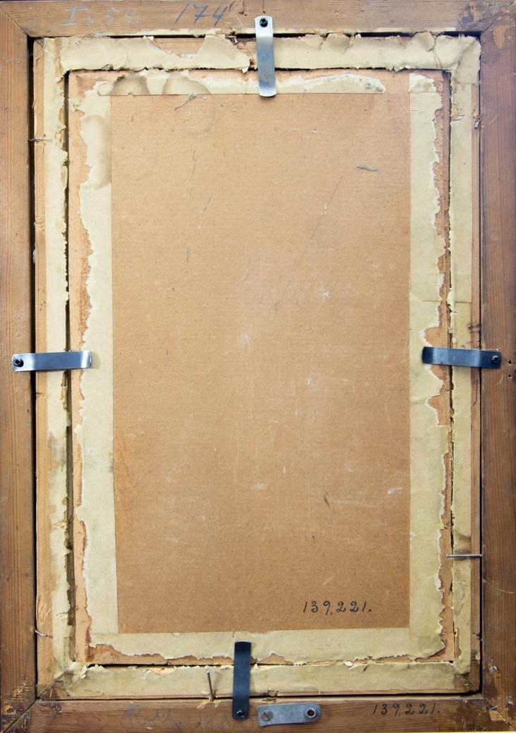 Porträtt föreställande en ung pojke, Rolf Kronberg, stående i helfigur i ett bostadsrum. Klädd i svart pageliknande dräkt med vit krage och vita manschetter. Han håller ena handen på handtaget till en dörr.