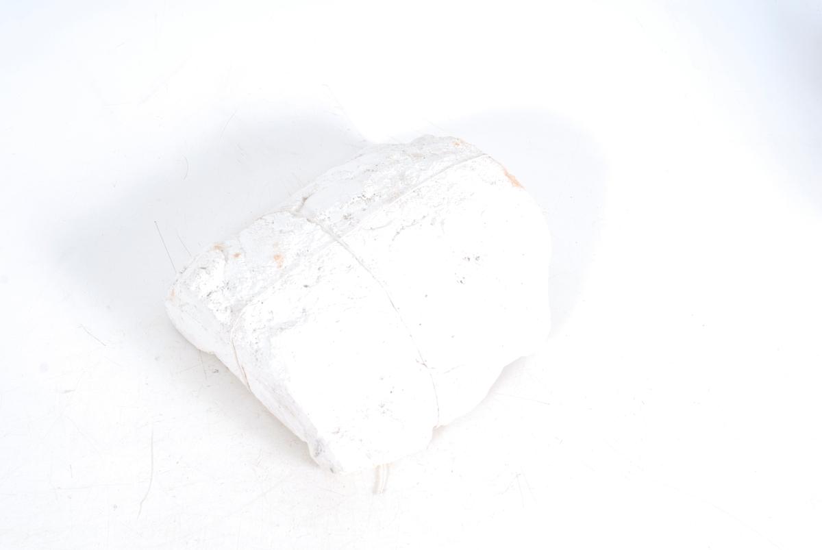 Form: form som halv sylinder, uthula rom for leire, det er ene halvdelen av forma til ei stor mugge