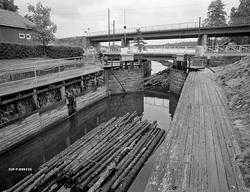Slusing av tømmer ved Ørje i Marker kommune i Østfold høsten