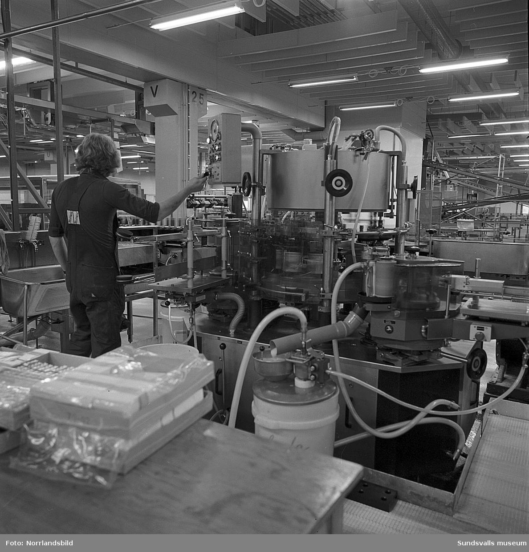 Pripps bryggeri. Bilder från verksamheten och jobbet vid löpande bandet.