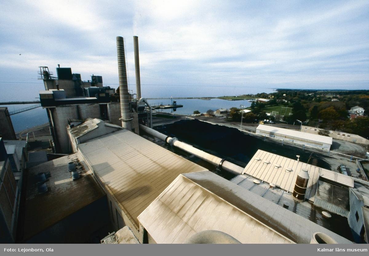 Degerhamns cementfabrik.  Ölands cement AB som startade 1886, var en av de första cementfabrikerna i Sverige. Som första åtgärd köptes Lovers bruk och Ölands alunbruk. Produktionen i de gamla bruken fortsatte som tidigare medan den nya fabriken byggdes upp. Det fanns inte maskiner framtagna för att tillverka cement, utan man fick utveckla nya metoder. Det tog ett par år innan tillverkningen kom igång. De första tillverkningsåren var kantade av svårigheter och vissa år kunde ingen cement säljas.  Idag drivs cementtillverkningen av Cementa Heidelberg cement gruop. Man tillverkar i första hand den slitstarka anläggningscementen till stora byggnader, broar, tunnlar mm.  (Uppgifterna är hämtade från http://bergstigendegerhamn.se/?page_id=33)