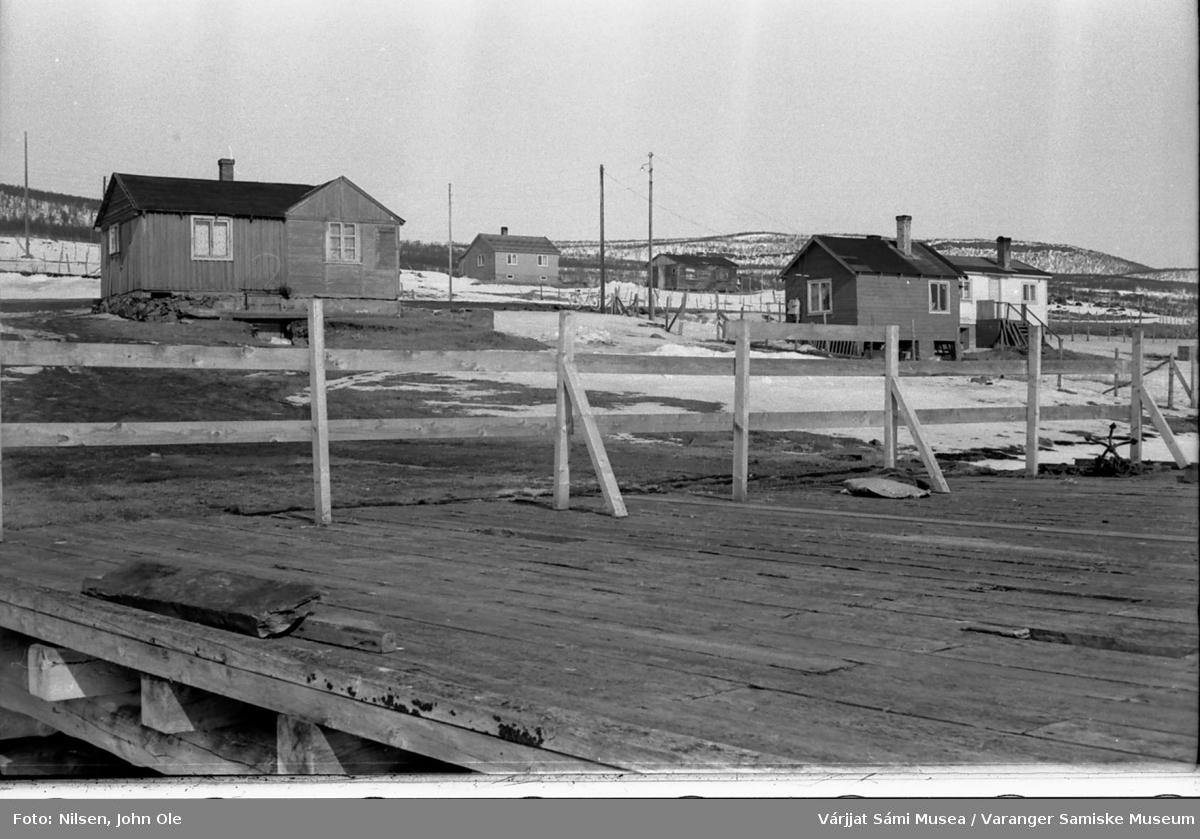 Kaia i Gornitak med tilhørende bygninger i bakgrunnen. Det er satt opp sperring så folk ikke skal bevege seg ut på kaia. 1967