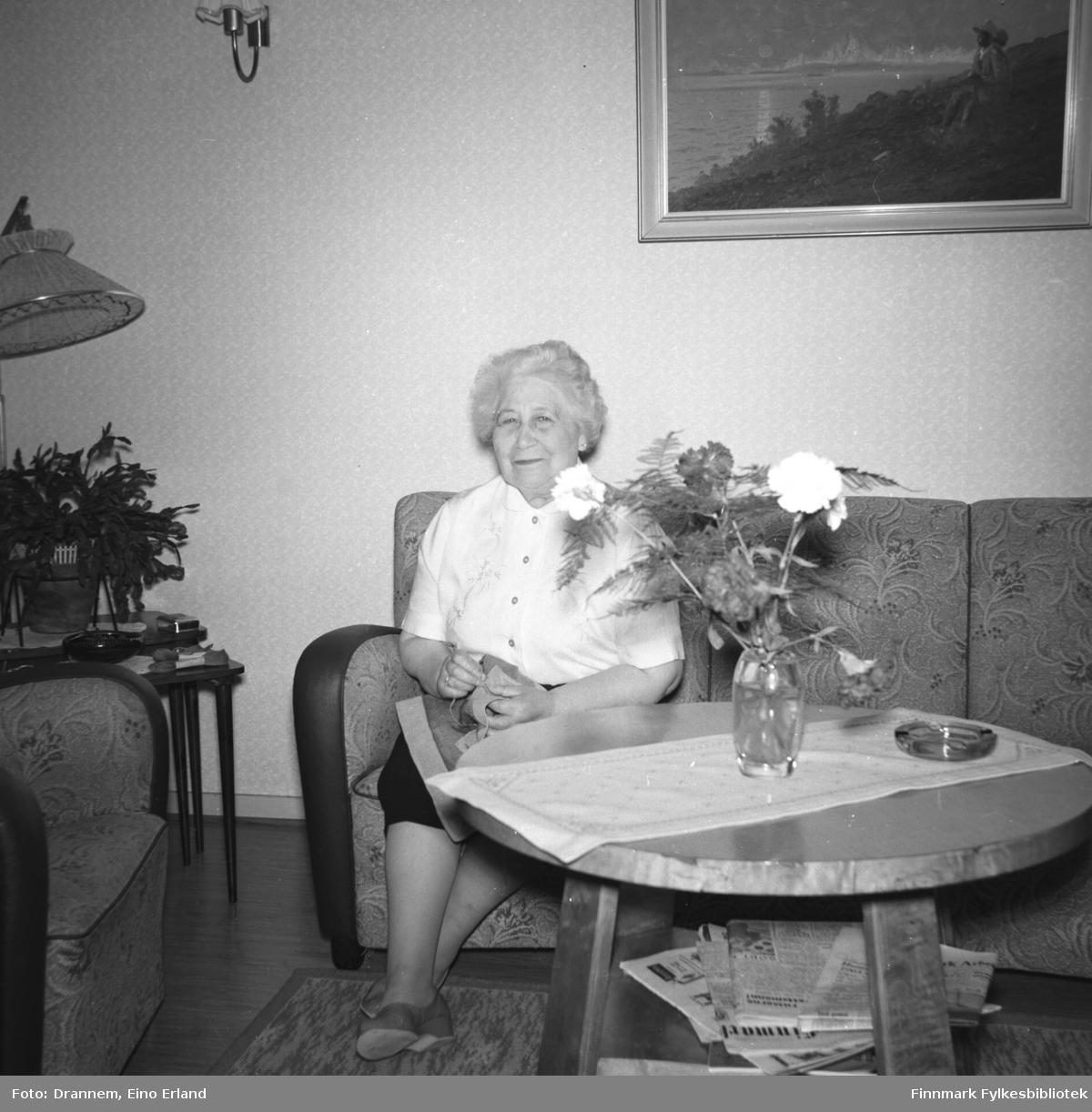 Kaspara Jonassen på besøk hos Drannem i deres leilighet i Hammerfest.