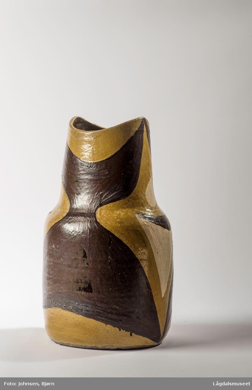 Vasen er dekorert med ulike ornamenter i ulike farger.