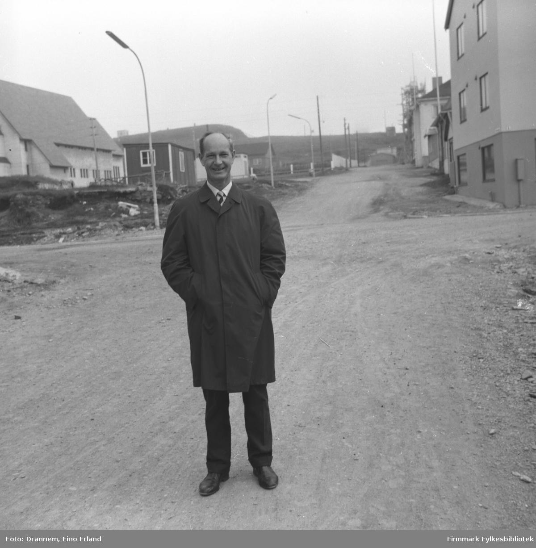 Valter Gabrielsen fotografert i Brodtkorbs gate i krysset mellom Brodtkorbs gate og Kristian 4 gate i Vardø. Deler av Vardø kirke oppe til venstre.