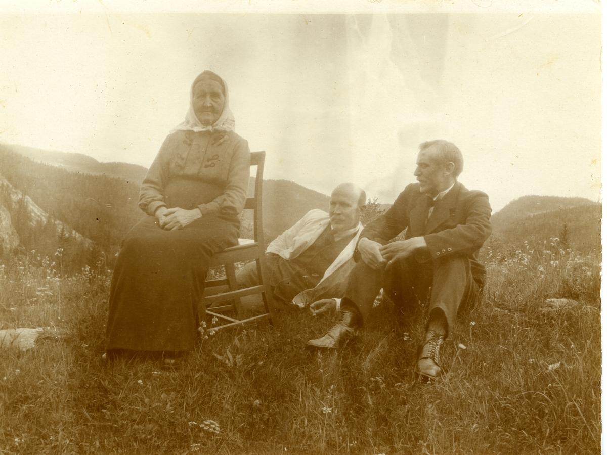 Ingebjørg Islandsmoen sammen med sønnene Olaus og Sigurd. Olaus til venstre.