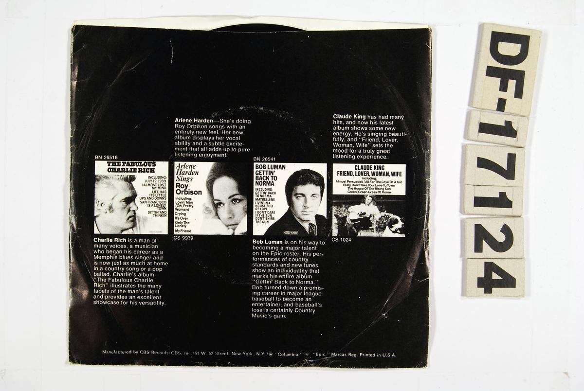 Svart bakgrunn med flere fotografier og små tekster omhandlende de medvirkende artistene.