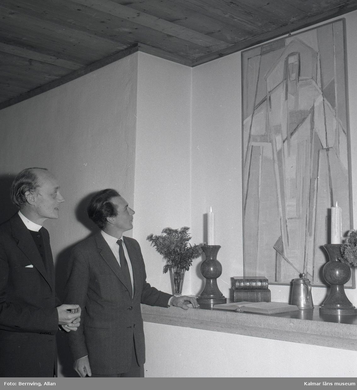 Överlämnadet av en tavla den 30/10 1958 i Föra kyrka, kyrkoherde Nils Sjöstrand till vänster.