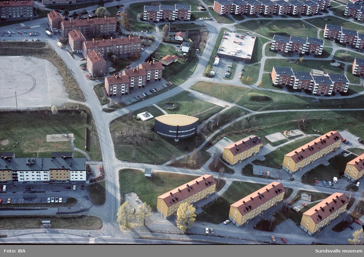 Flygbild över Nacksta med kyrkan i centrum.