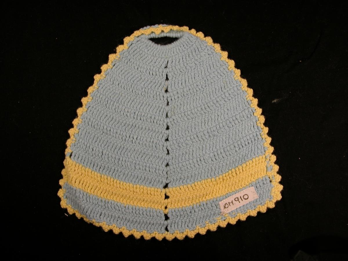 Blå bunn, gul stripe ved det tjukkeste, gul kant rundt. Hol øvst, markert midtakse.