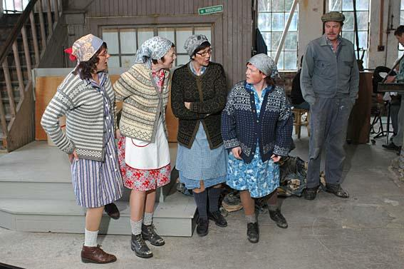 """Paper hens in the play """"Working Days"""". (Foto/Photo)"""