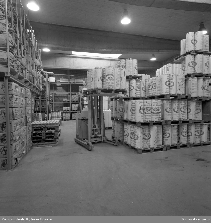 Interiörbild från Skogsägarföreningens bygghandels lager. Isoleringsmaterial lastas med truck.