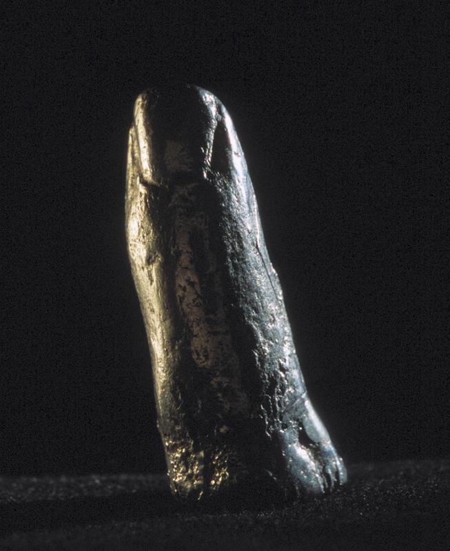 """Avstøpning av kvinnefinger i sølv. Votivgave. Også kalt """"Djevelens finger""""."""