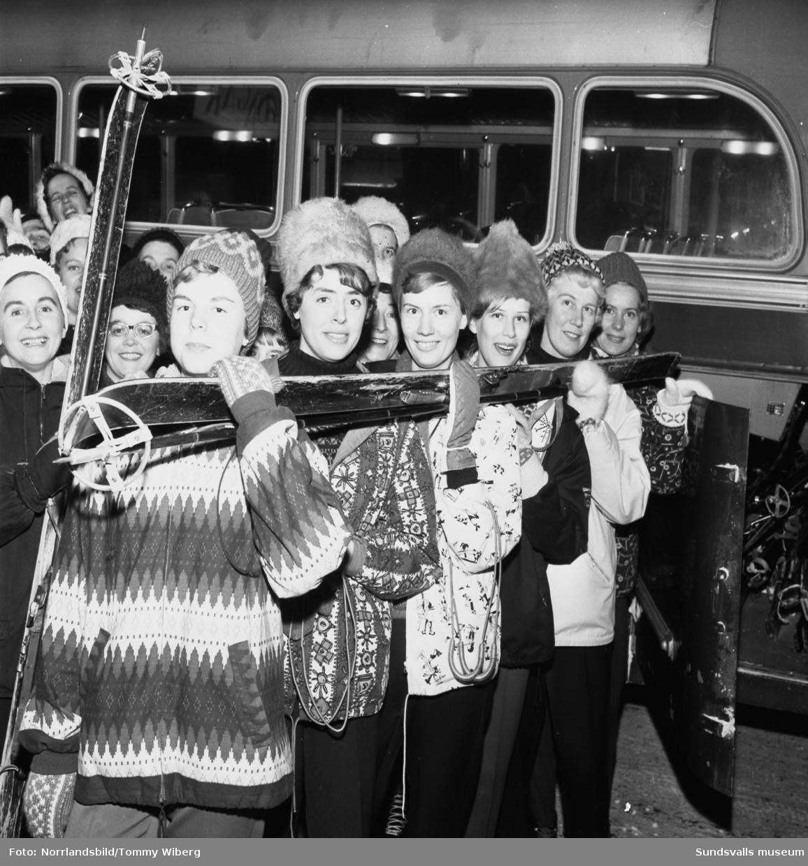 Ett gäng glada damer på väg på en skidutflykt. Troligen anställda vid konfektionsvaruhuset Tre Rosor.
