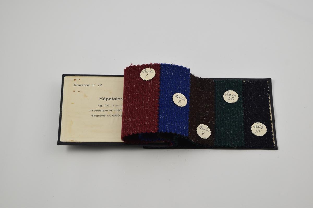 """Prøvebok med 5 prøver. Middels tykke ensfargede ullstoff. Jevnt spredte hvite fibre lager liv i stoffene. Prøveboken inneholder kvaliteten """"Laila"""", med ulike designnummere.  Alle stoffer er merket med en rund papirlapp festet med metallstifter hvor nummer er påskrevet for hånd.  Stoff nr. Laila/1 (rød), Laila/3 (blå), Laila/4 (brun), Laila/22 (grønn), Laila/24 (sort)."""