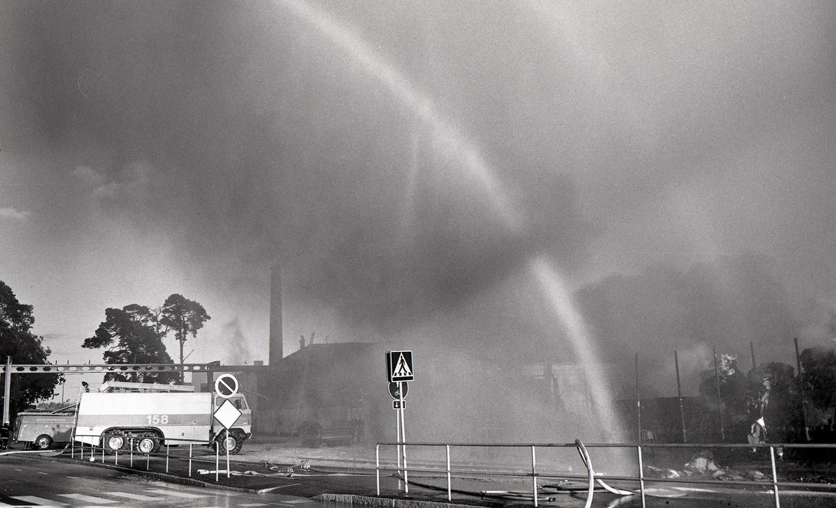 Bildsvit från en storbrand i Karlstad  den 10 september 1980 i kvarteret mellan Lantvärnsgatan och Industrigatans östra sida på Tormestad. Branden startade i en spånsilo och spreds österut i den hårda vinden till ett återvinningsföretag som hade flera hundra ton papper öppet lagrat. Branden krävde en insats av flera brandkårer däribland ett fordon med skumkanon från flygplatsens brandkår som fick en avgörande roll för att dämpa lågorna.