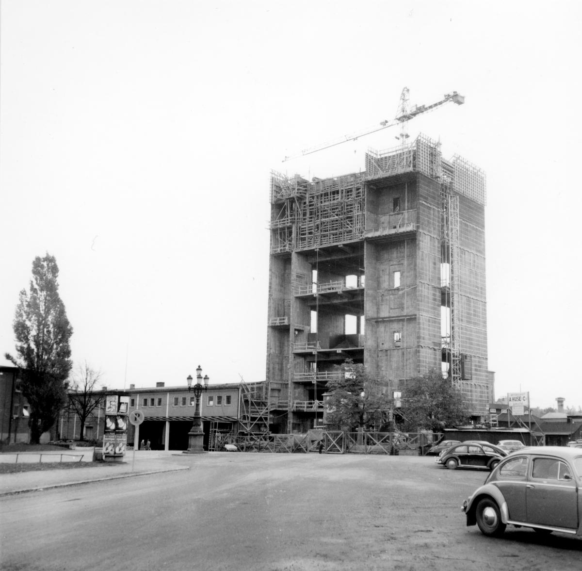Löfbergsskrapan hösten 1958. Under första halvåret 1960 var den klar för invigning.