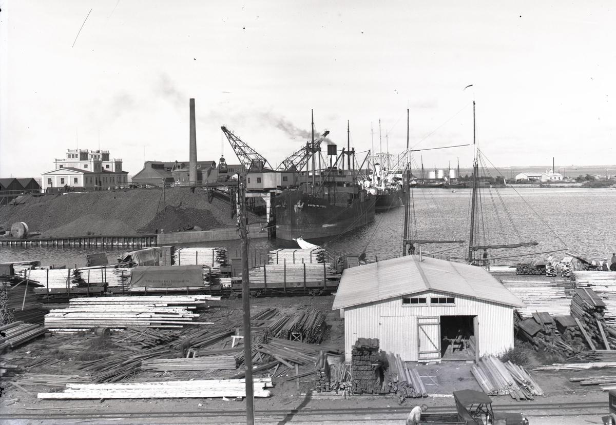 Fartyg som lastar trä och lossar koks vid Finngrundet.