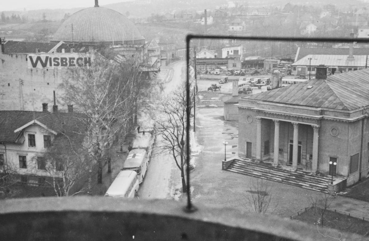 Den tyske okkupasjonsmakten har rekvirert Oslo Sporveiers busser til troppetransport. Utsikt fra familien Bech's leilighet i Bogstadveien mot kinopaleet og Colosseum kino.