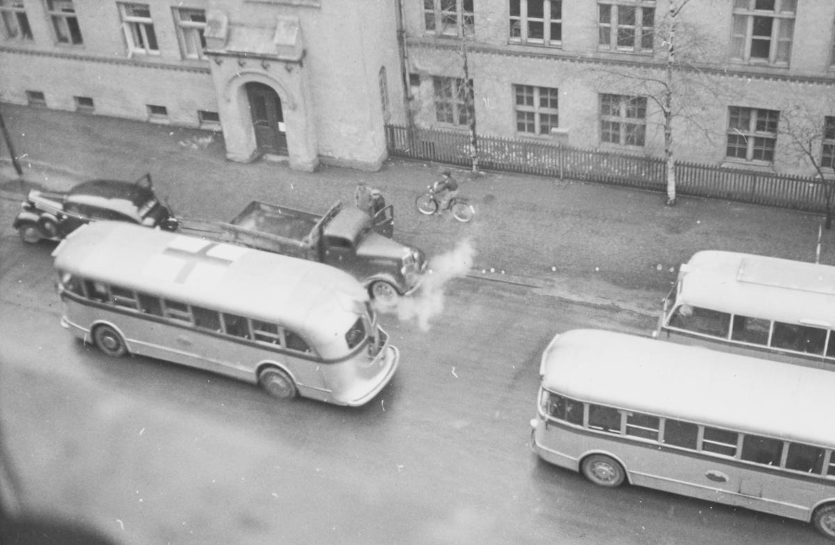 Tyske tropper har rykket inn på Majorstuen skole som skal brukes som kaserne. Bussene i forgrunnen var rekvirert  fra Oslo Sporveier til troppetransport.