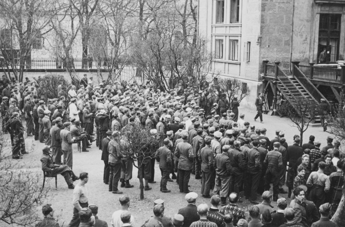 Norsk fangeleirs luftegård vedd Logen i mai 1940.