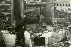 Krigsødeleggelser i Narvik sentrum. Mimer bak til høyre, Re