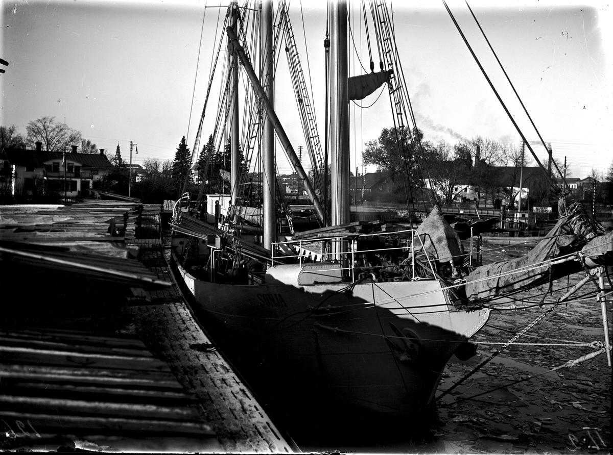 Lastning av virke i gamla hamnen. Fotograf E Sörman.