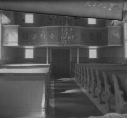Foto av en kyrkointeriör med orgelläktare m.m.Tutaryd.