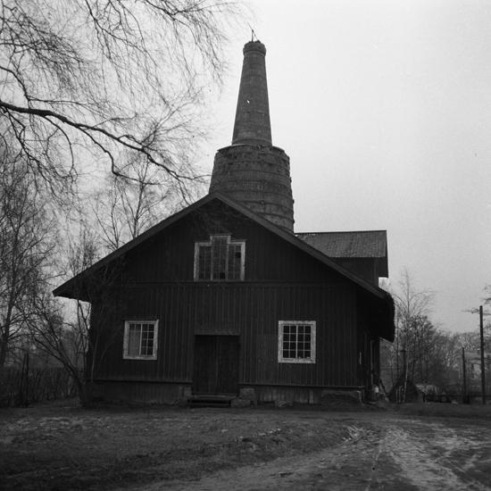 Hemmesjö, Åryd. Masugnsbyggnaden vid Åryds bruk. Januari-April 1957.