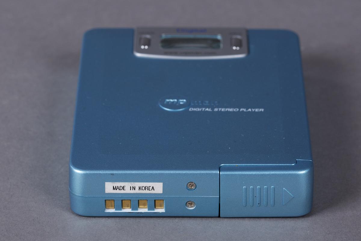 Mp3-spiller med minnekapasitet på 32 MB. Utgang for hodetelefoner (ministereo). LCD-panel øverst i front.