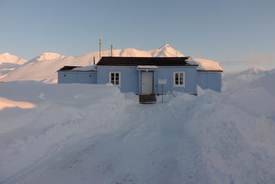 Radio- og kringkastingsstasjoner. Ny- Ålesund, eksteriør etter restaurering (Foto/Photo)