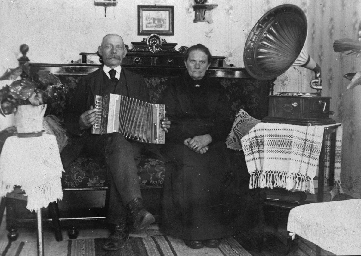"""Herr och fru Jansson. Hos sonen på """"Bäck-Jans""""."""