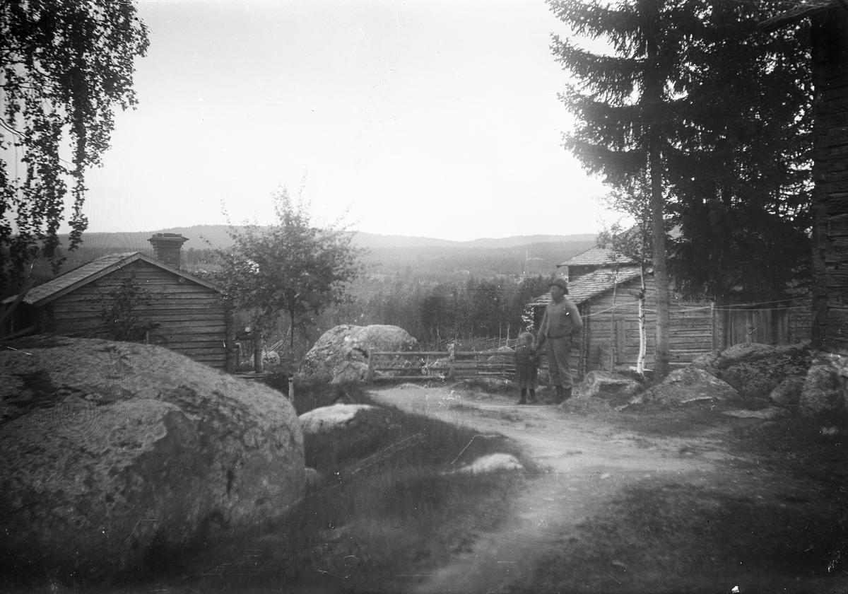 Utsikt från Höks torpet. Med på bilden Per Persson med sitt barnbarn Hildur Lind.