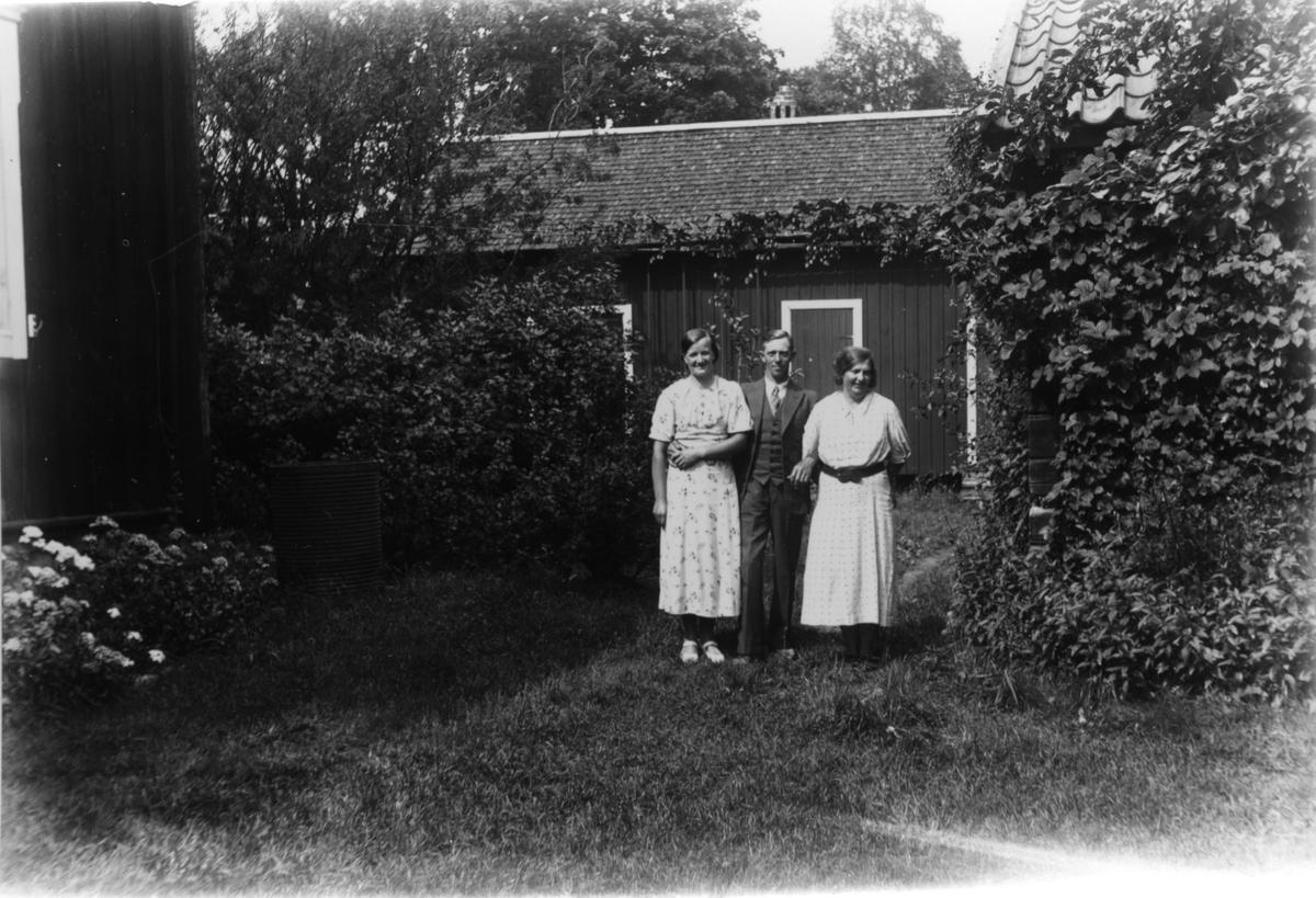 Från vänster: Ebba Wikström, hennes make Folke Dohn och Målar-Astrid Nilsson.