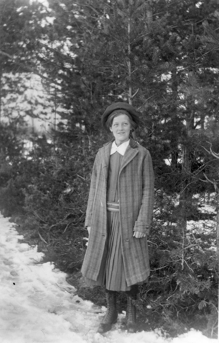 Okänd flicka i Lenninge på 1910-talet.