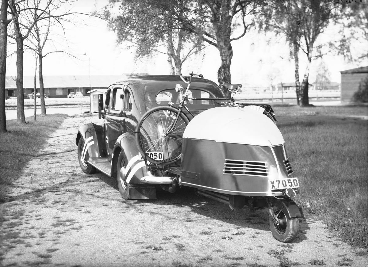 Personbil med släpvagn (Gengasapparat), Gragasbil, X 7050. En Ford V8 1937-1938 med gengasaggregat, ägare E A Matton i Gävle. Motortjänst i Gävle AB, Brynäs, 3 juni 1940.