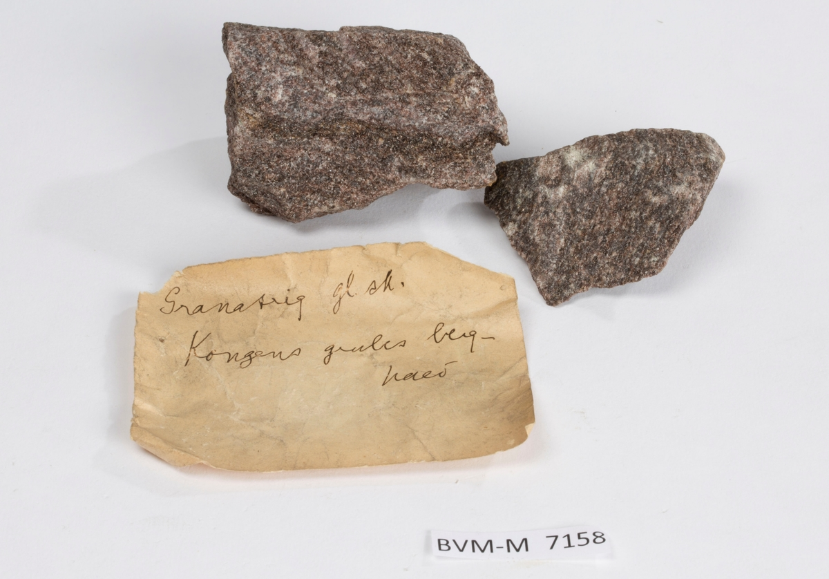 To prøver  Papirlapp i eske: Granatrig gl. sk. Kongens grubes berghald