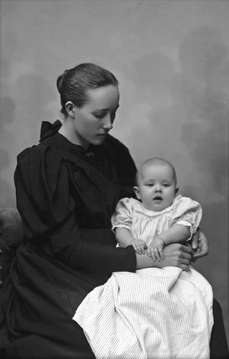 Fru Anna Forsman, Köping 1895. Fotograf Okänd.