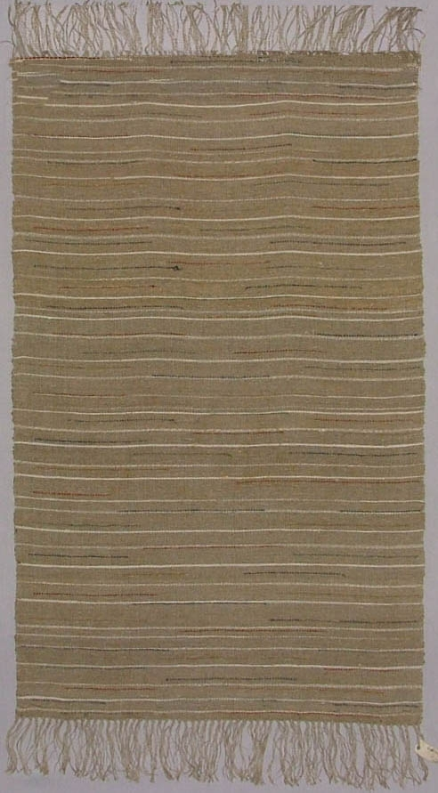 """Vävnad, slätväv, 107 x 64. """"Linnebotten"""". Varp och väft oblekt lingarn. Enkel randning i vitt, något rött, grönt och blått. Fransad. Äldre katalogisering av Elisabeth Thorman (enl. uppgift).  Längd: 107 cm          Bredd: 64 cm exkl. frans Fransens längd: ca 10 cm Varp: 5 tr/cm            Inslag: ca 8/cm Varp 2 tr gulgrått, oblekt lingarn. Inslag 2 tr vitt och 1 tr gulgrått, oblekt lingarn. 1 tr blått, rött, gult, blågrönt, rödgult och svart ullgarn, tuskaft. Tvärgående vita ränder med oregelbundna mellanrum över hela väven, enstakade inplockade trådar av olika färg fördelade över väven. Närmare beskrivning se katalogkort. Vävnaden avslutas med knuten frans av varpen.  Troligen komponerad av Märta Måås-Fjetterström.  Ulla-Britta Sandström mars 1980  Foto Nordiska museet: 388. Q.e. (se katalogkort)."""