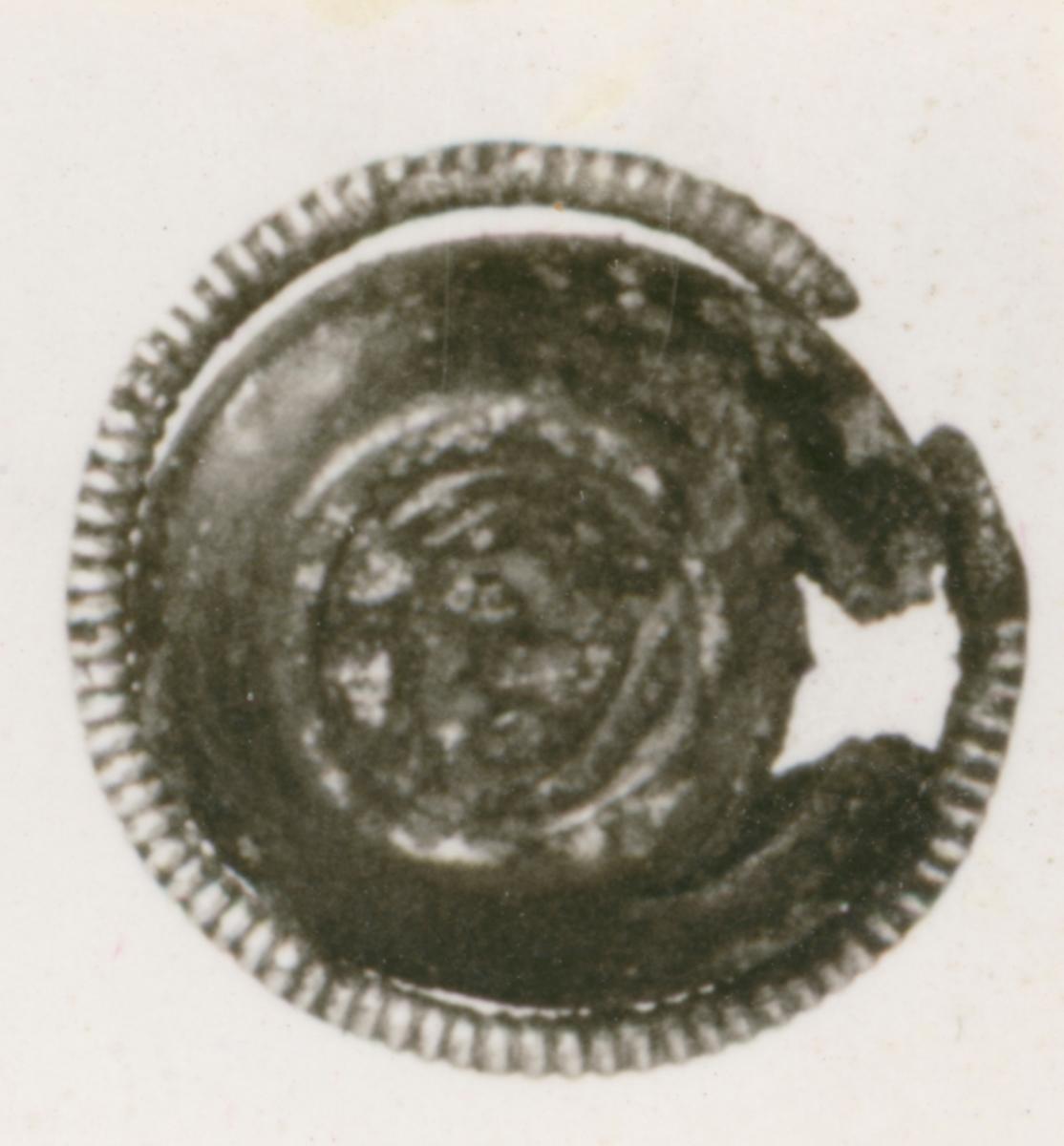 Beslag till remtyg? Pressbleck av brons. Fornfynd från båtgrav.