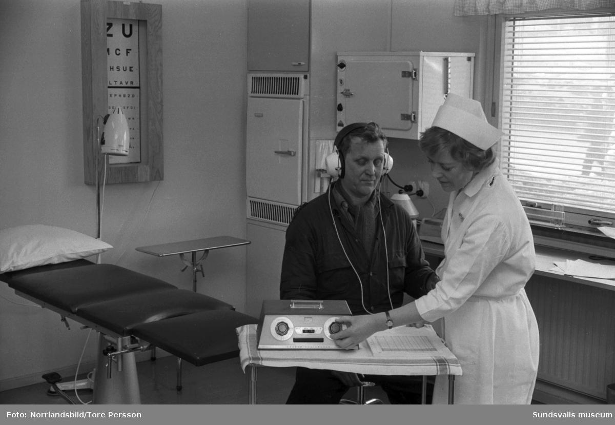 Syn- och hörselkontroll vid Aluminiumkompaniets sjukvårdsavdelning.