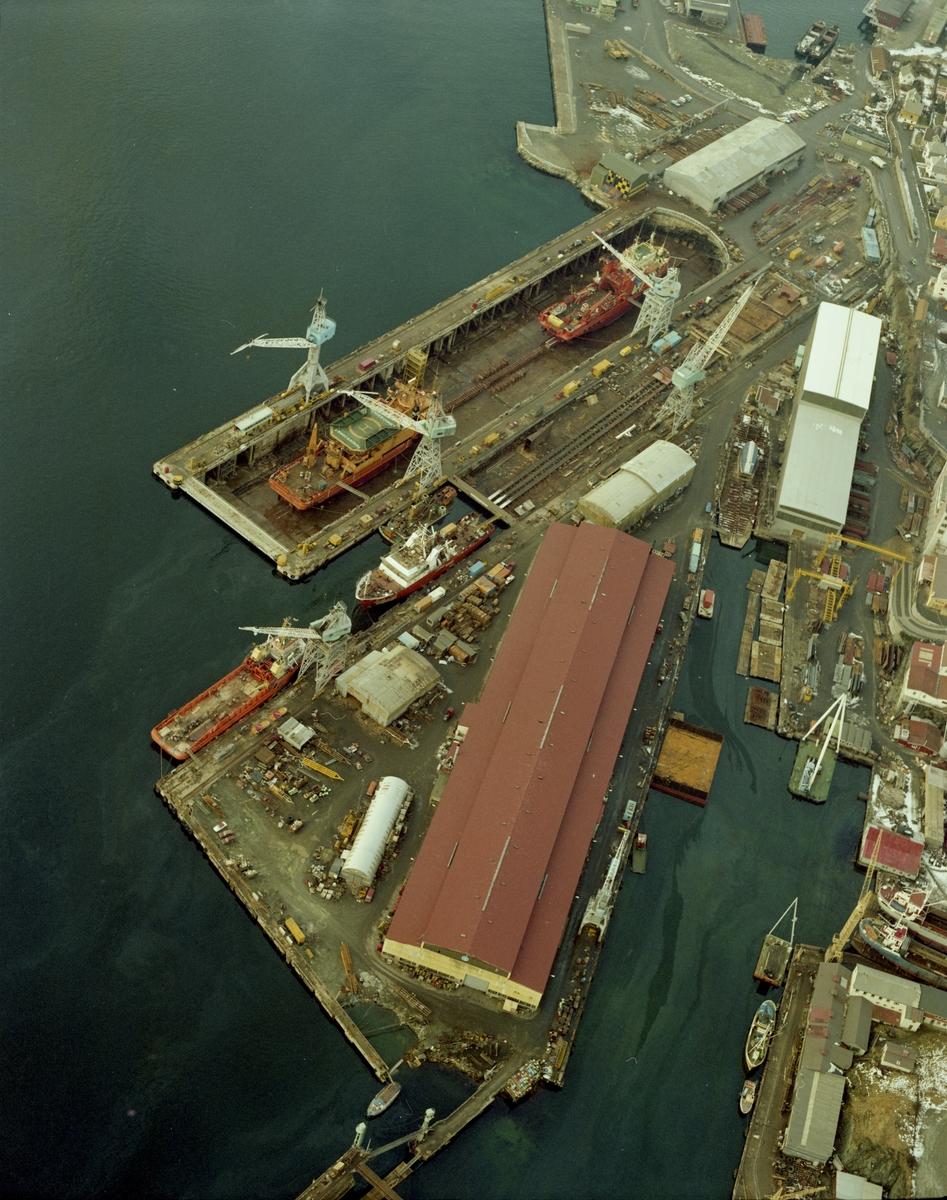 Flyfoto. H.M.V. Oversiktbilde med flere skip inne til kai og i dokk.