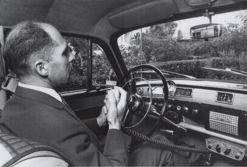 John Ragnar Veastad fra Televerket ringer med den første OLT-telefonen (Foto/Photo)