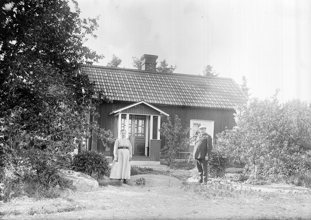 """""""Slaktare Persons stuga i Härvsta Frösthult med Persons ensamma utanför på gårdsplanen"""", Simtuna socken, Uppland 1921"""
