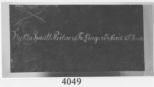 Kabyssplåt av järn. Modell. Svartmålad med ritad text i vitt: Enkla Spiäll Plåtar 26 Tm Långa 24 Tm bred: 1/16 T:Ticka. De härstammar troligen från slutet av 1700-talet.