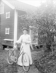 Anna Johansson med cykel, Sävasta, Altuna socken, Uppland